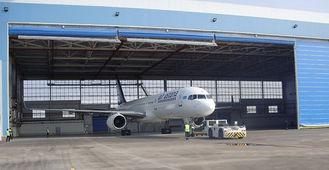 China Enige de Vliegtuigenhangaars van het Baaipeb Staal met Elektro broodje-Omhooggaande Deuren leverancier