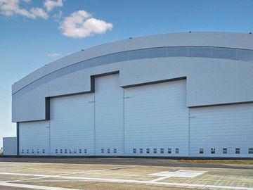 Prefab van het het Systeemstaal van het Krommedakwerk de Vliegtuigenhangaars met Elektrodiadeuren